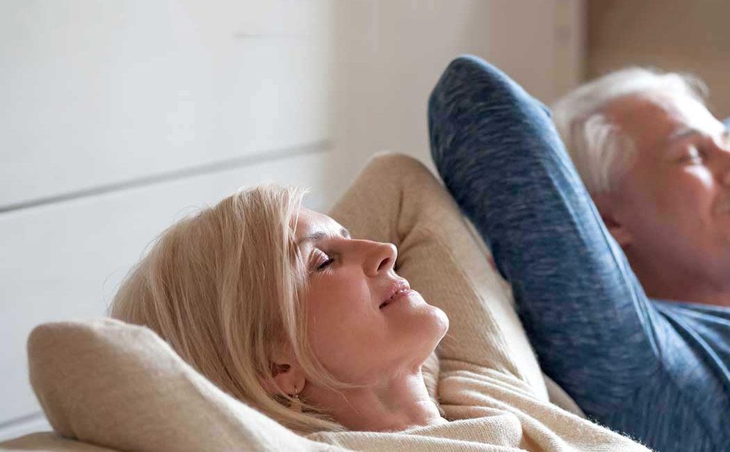 Tinnitus Kulak Çınlaması Tedavisi ile Rahatlayan Yaşlı Kadın ve Adam