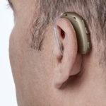 Oticon Xceed Kulak Arkası (BTE) İşitme Cihazı - Kiremit Rengi - Model Üzerinde Arkadan Görünümü