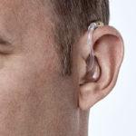 Oticon Xceed Kulak Arkası (BTE) İşitme Cihazı - Kiremit Rengi - Model Üzerinde Önden Görünümü