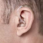 Oticon Xceed Kulak Arkası (BTE) İşitme Cihazı - Kiremit Rengi - Model Üzerinde Yandan Görünümü