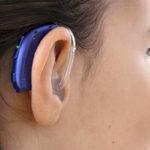 Oticon Xceed Play Kulak Arkası (BTE) İşitme Cihazı - Cool Mavi Rengi - Model Üzerinde Arkadan Görünümü
