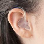 Oticon Xceed Play Kulak Arkası (BTE) İşitme Cihazı - Cool Mavi Rengi - Model Üzerinde Önden Görünümü