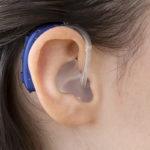 Oticon Xceed Play Kulak Arkası (BTE) İşitme Cihazı - Cool Mavi Rengi - Model Üzerinde Yandan Görünümü